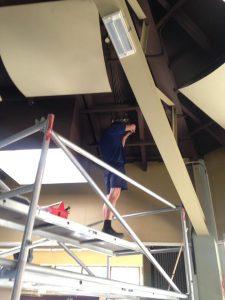 Akoestisch plafond kerk wordt geverfd